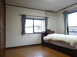 8帖:2階で一番広い居室です。壁一面の収納があり家族のお洋服を収納することができます。窓も二面あり採光・通風共によく気持ちのいい空間になっています。