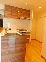 キッチンは吊戸棚付。食品や調理器具等の収納が出来ます。