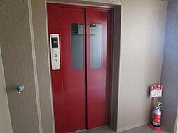 エレベーター付きのマンションです。1階から最上階まで行くことができます。荷物が多い際にも安心です。