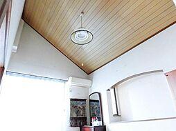 リフォーム前写真6.5帖の2階南西洋室です。壁・天井のクロス張替え、床はフロアタイル上張り、照明の交換を行います。