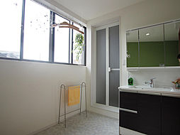 窓が大きく光がたっぷり入る洗面室。室内干しができるようホシ姫サマがついています