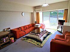 別角度になります。1ルームなのでこのようにソファーを置いても十分なスペースが確保されております。