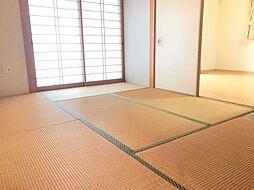 南向きの6帖の和室は、廊下からもリビングからも繋がり使い勝手がいいです