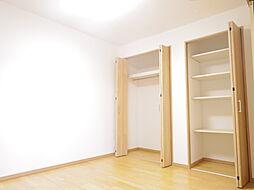 リビング横の洋室には広めのクローゼット有り、様々なお洋服の収納にお使いいただけます