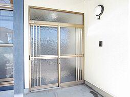 リフォーム済玄関写真です。鍵は新品に交換したので、お引渡し後も安心です。