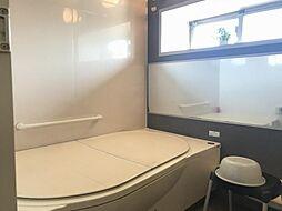 大きな鏡と窓で開放感のあるお風呂