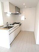 新設のシステムキッチン。食器棚を設置しても余裕のある広さです。