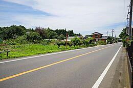 前面道路は幅員約7.4mです。