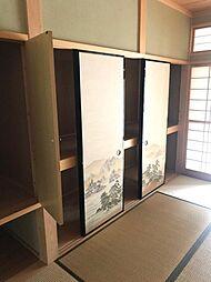 押入や物入れ、棚等、各部屋に収納スペースを設けています。