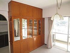 ダイニング部分にも造り付けの食器棚があります。しっかりとした造作でそのままご利用いただけます。