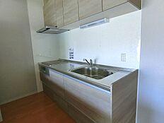 続いてリビングダイニングキッチンのご紹介。キッチンも交換済です。
