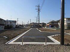 3月19日更新。開発道路が完成しました。13区画の整った街並みです。通り抜けできない分譲地は、プライバシー、セキュリティも安心です。夢のオーダーメイド住宅を叶える最適な立地です。