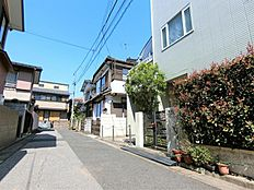 現地写真車通りの少ない閑静な住宅街、前面道路は公道になります(確定測量済)。現地案内予約を受付しております。お気軽にお問合せください。