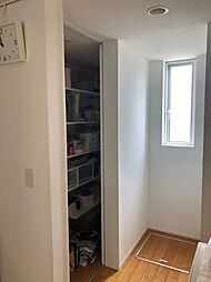 キッチン裏には大型のパントリーがございます食品、調理器具、季節用品など様々なものを収納できますリビングを広々活用できますね