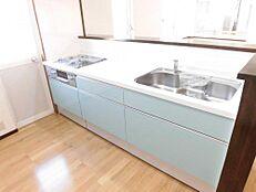 リフォーム後写真キッチンは新品のシステムキッチンに交換いたしました。人工大理石のワークトップになります。