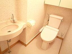 トイレは快適な温水洗浄便座付き手洗い器もついております