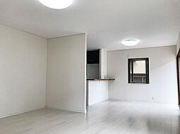 白を基調とした高級感のあるフローリングとダーク調の建具がモダンな雰囲気の明るいLDK。(1)