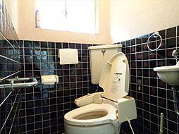 手すりのついたトイレで安心して利用できます。