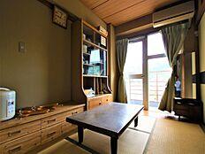こちらが4.5畳の和室になります。バルコニーに通じる扉があるため、日当たりも良く明るい印象です。