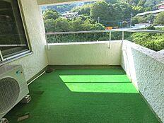 洋室側にもバルコニーがございます。人工芝の上で午後のひとときをお過ごし頂けます。