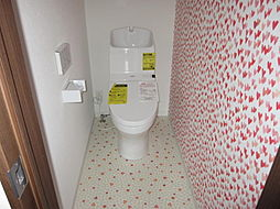 東側世帯2階トイレです。お子様が喜ぶハートのデザインがキュートなトイレです。現地(2018年4月)撮影