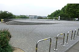 栃谷戸公園は、調整池と谷戸地形を生かし、里山風に整備された近隣公園で、春先、梅園には梅の花が咲き、夏は青々とした緑、秋には紅葉美しい所として、「八王子市八十八景」に指定され、広く市民に愛されいます。