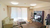 居間(リビングです.約14.3帖の広さです。日当たりも良く明るい空間です.)