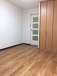 アポローズマンションの洋室5帖 収納2箇所あり