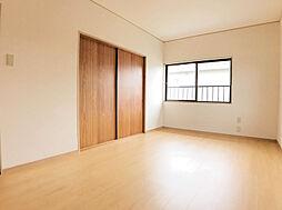 2F西側7.5帖の洋室。子供部屋や主寝室に使って頂けます。