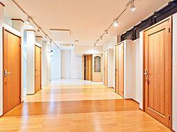 室内ドアや床材など様々な建具を展示してありますので、実際に触れてお探しください。