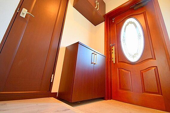 玄関扉を開ける...