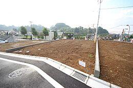 ・前面道路は6mと広く、居住者しか通らないので小さなお子様がいても安心