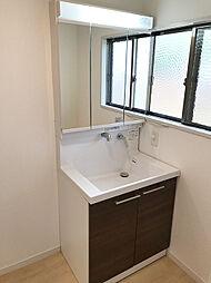 新規交換済みの三面化粧台。シャワーノズルなど使い勝手も良く、扉も木目調で高級感があります。