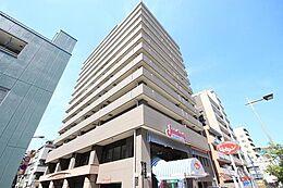「ライオンズプラザ両国」京葉道路沿いに建つライオンズプラザ両国は、地上13階建て・総戸数65戸マンションです。1997年3月に竣工し、大京より分譲されました。