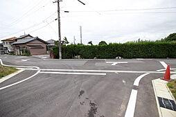 前面道路は約6.0m 車のすれ違いにもゆとりがあります