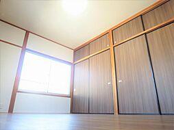 リフォーム済2階南側和室写真です。床はクッションフロア、床天井はクロスを貼り替えました。窓が南側、東側にあるため、日当たり良好です。