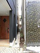 (東南側隣地境界付近) 隣棟間が比較的広く確保されており、開放感が向上しております