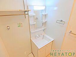 スリールEKの忙しい朝の身支度に便利なシャワー付き洗面化粧台。