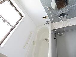 浴室。窓を設けた明るいバスルームで身も心もリフレッシュ。乾燥機能で梅雨時の衣類の乾燥は安心です。1坪サイズですので浴槽で手足を伸ばしてリラックスできます。