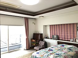 2階 西側の洋室は10帖あり主寝室としてお使いいただけます