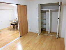 LDKから続く洋室は、引き戸を開けても区切っても使える2WAYタイプ。客間としてもおススメです。また、幅の広いクローゼットには、奥行きのある可動棚を設け、フレキシブルな収納力が魅力です。