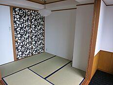 主寝室と一体でご利用できる和室約4.5帖です。押入れの襖柄は寝室壁面と同一柄です。