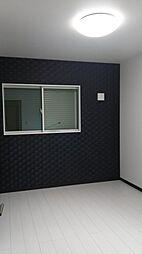 西側世帯の北側の洋室です。ブラックのアクセントカラーはシックで大人な雰囲気を演出します。現地(2018年4月)撮影