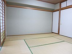 和室6帖には押入れ天袋及び洋服掛けがございます。