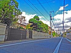 南側前面道路が広く綺麗な街並みです。