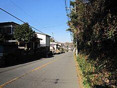 前面道は幅員約8mで駐車が苦手な方もゆったり車庫入れが可能です。