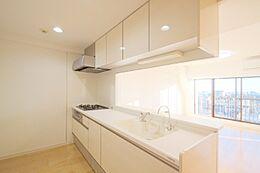 白を基調とした、使い勝手の良いI型キッチン。人気のあるオープンキッチンで、ご家族との団欒を楽しみながらお料理を。