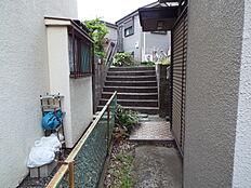 前面道路より階段がございます。