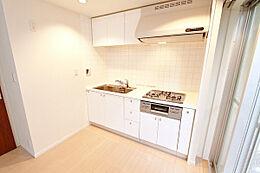 ホワイトを基調としたシステムキッチンは内装になじむ仕上がりです