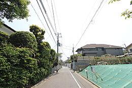 東側公道約5.3m。車の通りの少ない道路です。